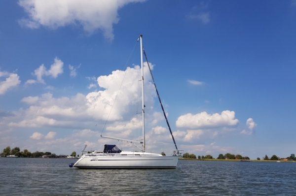 Bavaria 36 met 3 slaabcabines te huur vanuit haven Monnickendam, zeilen Markermeer