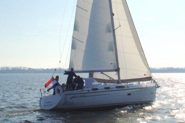 Bavaria 38 vanuit de haven van Den Oever voor zeilvakantie op de Waddenzee